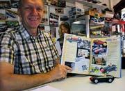 Hans Tschudin mit dem Original des ersten Slot-Racing-Autos. Das Modell der Firma Scalextric hat den Jahrgang 1957.