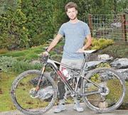 Enea Vetsch behält sein Bike, eine Startnummer klebt er aber nicht mehr dran. Dafür klebt noch ein bisschen Dreck von seinem letzten Rennen, dem Swiss Epic, am Rahmen. (Bild: Yves Solenthaler)