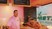 «Wir sind der einzige Laden in der Region, der frisches Spanferkel anbietet», sagt Geschäftsführer René Vogel stolz. (Bild: Matthias Fässler)