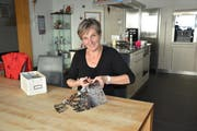 Jolanda Brändle kann sich nach der Einigung wieder auf die Herstellung ihrer Scherenschnitte konzentrieren. (Bild: Beat Lanzendorfer)