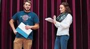 Bianca Sieber und Fabian Baumgartner vom Revueteam sind fleissig am Üben, damit die Zuschauer zwischen den Reigen auch immer etwas zu lachen haben. (Bild: pd)