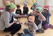 Ein Feldstecher aus Kartonrollen. Dies war nur eine Idee, die während des Projektmonats im «Karussell», Haus für Kinder, umgesetzt wurde. (Bild: PD)