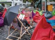 Gestern nachmittag auf dem Gallusplatz: Stadtlesen im Dauerregen. (Bild: Michel Canonica)