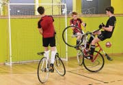 Radballtraining in der Sporthalle St. Georgen. (Bilder: Daniel Dorrer)