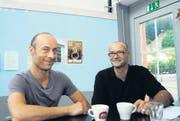 Bereiten die Ausstellung Arthur 5 vor: (v. l.) Herbert Weber und Roland Rüegg, Vorstandsmitglieder des Vereins Kunsthallen Toggenburg. (Bilder: Michael Hug)