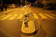 Mit einem platten Reifen fuhr eine alkoholisierte Frau am Freitagabend von der Oberstrasse bis zum Wolfganghof. Dabei hinterliess sie eine Spur der Verwüstung. (Bild: stapo sg)
