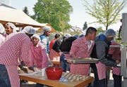 Die zahlreichen Helfer des Marktstubenteams bereiten Empanadas (gefüllte Teigtaschen) zu.