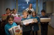 Die Kinder des Schulhauses Breite helfen mit beim Zügeln. (Bild: Benjamin Manser)