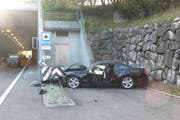 Am Auto des 63-Jährigen entstand Totalschaden. (Bild: Kapo/SG)
