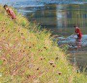 Bälle, die über die Abschrankung flogen, mussten oft aus dem nahen Kanal gefischt werden.