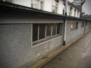 Jemand ist mit einem unbekannten Fahrzeug in diese Hausmauer gefahren und hat sich nicht um den Schaden gekümmert. (Bild: Stapo SG)