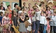 Die Kinder spielten ihre Rollen als Schildbürger mit grosser Fröhlichkeit. (Bild: Ulrike Huber)
