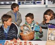 Verkaufen zugunsten armer Kinder: Lucas Weder, Nathan Stieger, David und Anna Weder.