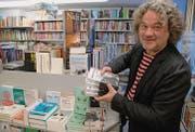 Ein Stapel von Bänden seines ersten Buches liegt auch in der Wattwiler Buchhandlung Kostezer. Michael Hugs Reisetagebuch ist prominent neben dem Gewinner des diesjährigen Schweizer Buchpreises, Lukas Bärfuss' «Koala», plaziert. (Bild: Hansruedi Kugler)