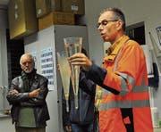 Betriebsleiter Peter Huber zeigt Wasserproben vom Anfang und vom Ende des Reinigungsprozesses. (Bild: Kathrin Meier-Gross)