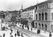 Der Theaterplatz um 1886. Rechts das alte Theater, links daneben das Hotel Hecht.