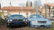 Sollen am 9. Dezember auf dem Areal der «Dreamfactory» versteigert werden: Ein Daimler Super V8 und ein Mercedes-Benz S 500. (Bild: Andrea Häusler)