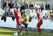 Rijad Abazi (am Ball), im Winter von St. Margrethen gekommen, zeigte nach Anlaufschwierigkeiten, wie wertvoll er für den FC Au-Berneck sein kann. Noch ist aber nicht klar, ob er auf der Degern bleibt. (Bild: Archiv/ys)