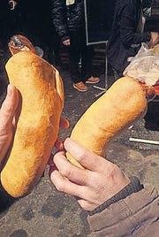 Der Bratwurst-Hot-Dog schmeckt besser ohne den angekündigten Senf. (Bilder: David Gadze)