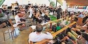 Extra für dieses Schulschlusskonzert hat Musikschulleiter Roland Aregger Musikschülerinnen und -schüler zu einem Symphonieorchester formiert. «Ein Experiment», meinte er. «Ein gelungenes», sagen wir. (Bild: Max Tinner)