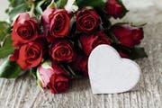 Der Symbolik wegen fällt die Wahl am Valentinstag gerne auf rote Rosen. (Bild: Fotolia)