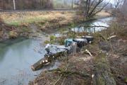 Der Traktor rutschte bei Forstarbeiten am Binnenkanalweg in Sennwald in den Kanal. (Bild: Kapo SG)