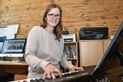 Karin Heeb ist diplomierte Gesangslehrerin und hat eine Ausbildung als Integrative Stimmtrainerin abgeschlossen. Sie komponiert und textet die Lieder der Mundartband Karisma. (Bild: Monika von der Linden)