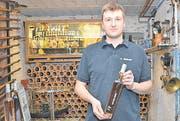 Wie sein Vater Ruedi ist auch Geoffrey Kobelt stolz auf den «Glen Rhine Whiskey», den Sieger der «Alpine Whisky Challenge 2012». (Bild: Kurt Latzer)