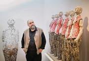 Vaclav Elias inmitten seiner Figuren (rechts die Arbeit «Männer-Chörli»). (Bild: Urs Bucher)