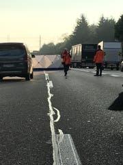 Die Polizei hat die Unfallstelle mit Sichtschutz abgeschirmt. (Bild: Simon Dudle)