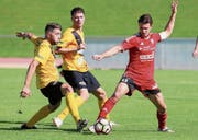 Der FC Bazenheid (rot, im Bild Christof Gebert) beendete die Saison ohne Niederlage und ohne Punktverlust. (Bild: Mario Gaccioli)