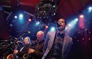 Wo der Christbaum an der Decke hängt: The Soulvision Allstars mit Rich Fonje als Leadsänger auf der «Eintracht»-Bühne. (Bild: Michael Hug)