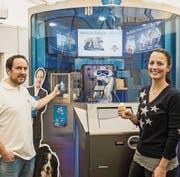 Matthias Gehring mit einer Testperson vor seinem Roboter an der Schlaraffia in Weinfelden. (Bild: Reto Martin)