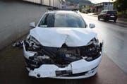Durch die Wucht des Aufpralls wurde das mittlere Fahrzeug in das Heck des vordersten Wagens geschoben. (Bild: Kapo AR)