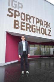 Wispag-Geschäftsführer Marcel Schneller vor dem Eingang des Sportparks Bergholz. (Bild: Gianni Amstutz)