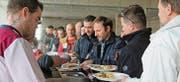 Restaurantbetrieb im neuen Feuerwehrdepot. Gestern mittag liessen sich die Handwerker auf Einladung der Gemeinde kulinarisch verwöhnen. (Bild: Andrea Häusler)