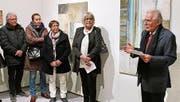 Paul-Josef Hangartner (rechts aussen) führte in die Ausstellung von Verena Brassel (Zweite von rechts) ein. (Bild: Max Pflüger)