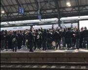 Rund 200 FCSG-Fans haben sich vor dem Spiel gegen die Zürcher Grasshoppers am Hauptbahnhof St.Gallen versammelt. Einige von ihnen sind auf die Geleise gestiegen und haben Pyros angezündet. (Bild: red)