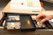 Der bewaffnete Täter erbeutete in einem Shop einige hundert Franken und flüchtete. (Bild: Archiv)