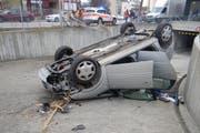 Der 84-jährige Unfallverursacher bretterte durch einen Zaun und ist auf dem Dach seines Autos in eine Tiefgarageneinfahrt gelandet. (Bild: pd)