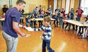 Am Ende gab's von Kursleiter Fabian Breu ein Diplom für die erfolgreiche Teilnahme. Hier bekommt grad Jan Fässler aus Rebstein seines. (Bild: Max Tinner Luechingen)