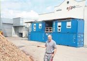Organische Abfälle verwerten, ohne störende Gerüche zu hinterlassen: Werner Bachmann, Betriebsleiter der Axpo-Kompogasanlage in Niederuzwil, erläutert die baulichen Investitionen. (Bild: Philipp Stutz)