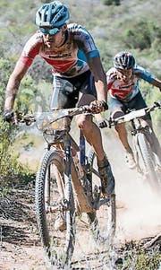Simon Vitzthum (vorne) und Martin Fanger beendeten das Cape Epic in Südafrika auf dem 17. Rang. (Bild: pd)