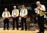 Marcel Lenherr (rechts) ehrt die drei noch aktiven Gründungsmitglieder: (von links) Gebhard Seitz, Guido Seitz und Hans Federer. (Bild: Max Pflüger)