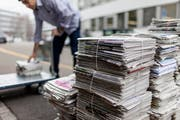 Es ist von Gemeinde zu Gemeinde unterschiedlich, wie die immer kleiner werdenden Altpapierstapel eingesammelt werden. (Bild: GAETAN BALLY (KEYSTONE))