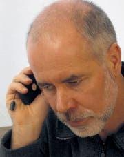 Gerd Bingemann lauscht an einem handlichen Abspielgerät. (Bilder: zVg)
