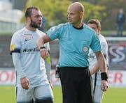 Konterte die Kritik mit einer guten Leistung: Schiedsrichter Sébastien Pache, hier im Gespräch mit Wils Murat Akin. (Bild: Emotionfocus)