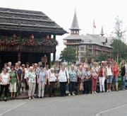 Gruppenfoto vor dem Wohnhaus von Bruder Klaus (links) und dem Jugendstilhotel Paxmontana. (Bild: PD)