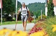 Auf seiner Barfusswanderung macht Aldo Berti unter anderem im Kloster Fischingen Halt. Und zwar an dem Tag, an dem er den Weltrekord knackt. (Bilder: Donato Caspari)