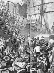 Ein Schiff mit Auswanderern ist im Hafen von New York angekommen. Während der Zollinspektion gibt es unter den Passagieren ein ziemliches Gerangel. Das Bild entstand etwa 1870. (Bild: Getty)